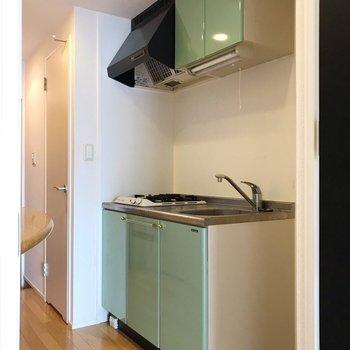 グリーンが素敵なキッチン。右側に冷蔵庫を置けます(※写真は8階の同間取り別部屋、清掃前のものです)