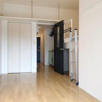 上の方の棚にはお気に入りの雑貨や本を飾りましょう(※写真は8階の同間取り別部屋、清掃前のものです)