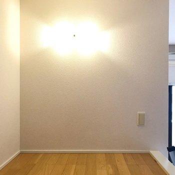 照明もつくし、反対側にはコンセントがさせるので快適に眠れそう!(※写真は8階の同間取り別部屋、清掃前のものです)