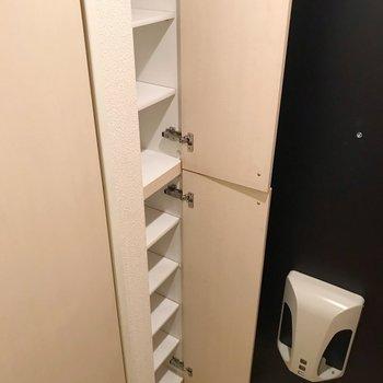 シューズボックスは1段1足サイズ。でも天井までしっかりあって十分!(※写真は8階の同間取り別部屋、清掃前のものです)