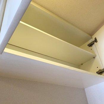 台の上にはこんな収納。食器棚にしても、調味料の収納にしても!(※写真は8階の同間取り別部屋、清掃前のものです)