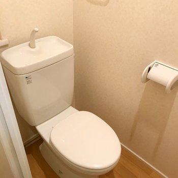 トイレはシンプル。でも上に収納棚付いています(※写真は8階の同間取り別部屋、清掃前のものです)