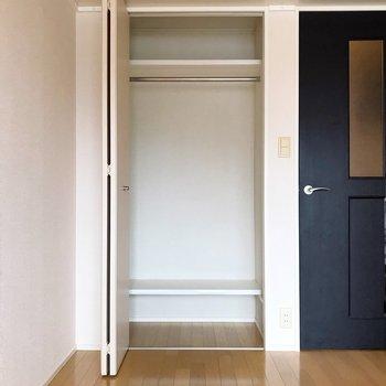 収納はワンピースなども掛けられるクローゼットと…(※写真は8階の同間取り別部屋、清掃前のものです)