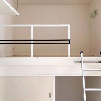 上はシングルベッドのマットレスがすっぽり入る広さ(※写真は8階の同間取り別部屋、清掃前のものです)