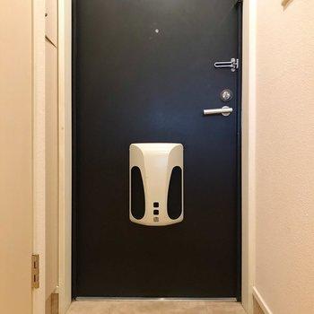 玄関周りは少しコンパクト。傘立てはマグネットタイプがいいな〜(※写真は8階の同間取り別部屋、清掃前のものです)