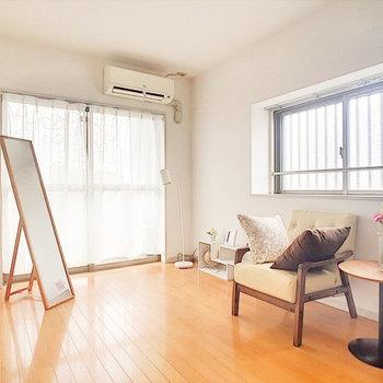 2面採光で明るい居室です(※写真の家具は見本です)