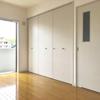 壁一面のクローゼットを開けると・・・(※写真は3階の反転間取り別部屋のものです)