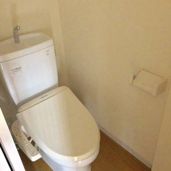 トイレは嬉しいウォシュレット付きです◯(※写真は3階の反転間取り別部屋のものです)