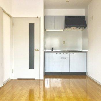 左の扉は脱衣スペースになっています。(※写真は3階の反転間取り別部屋のものです)
