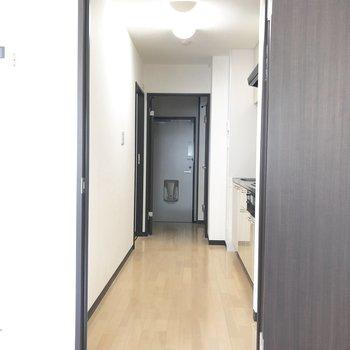 さてキッチンへ向かいますよ。※写真は2階の反転間取り別部屋のものです