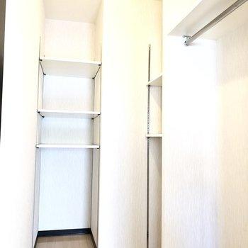 可動式の棚は使い勝手がいいこと間違いなし!※写真は2階の反転間取り別部屋のものです