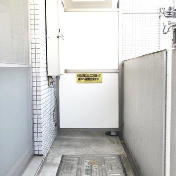 こちらがバルコニー。お洗濯にもスペース充分です。※写真は2階の反転間取り別部屋のものです