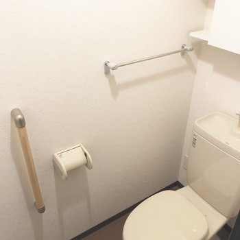 手すりもついているトイレです。※写真は2階の反転間取り別部屋のものです