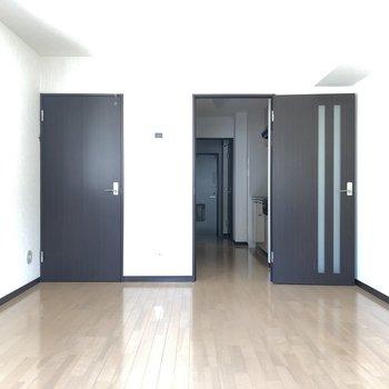 広々約10帖の居室スペース。※写真は2階の反転間取り別部屋のものです