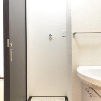 洗濯機置き場はその横です。※写真は2階の反転間取り別部屋のものです