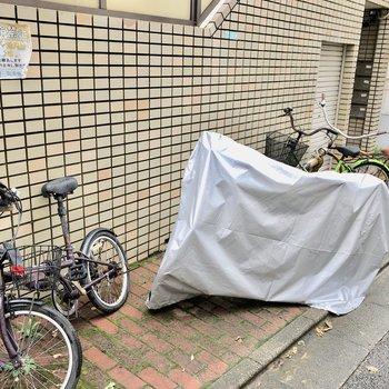 駐輪場、屋根がないのでカバー必須です。