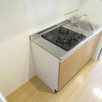 キッチン横には冷蔵庫スペースも(※写真は4階の同間取り別部屋のものです)