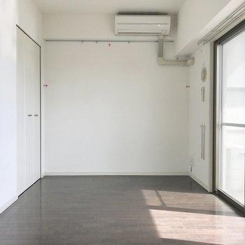 奥がリビングかな。エアコンの向きとソファの位置は考慮してね。(※写真は5階の同間取り別部屋、清掃・通電前のものです)