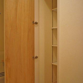 奥行きのあるシューズBOX※写真は同タイプの別室。