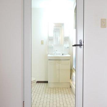 シースルーのドアの先には脱衣所。