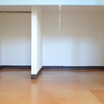 下は収納になっていて、空間の有効活用に。目隠しのロールカーテンもついています。
