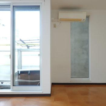 窓からはしっかり光が入ってきていますね。テレビなどの家電は、右側のスペースに置くのが良さそう。