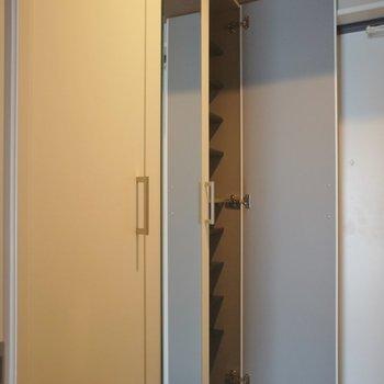 シューズボックスが一つ、、、※写真は同タイプの別室。