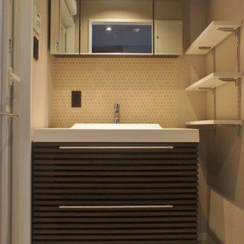 スタイリッシュな洗面で用意もるんるん♪※写真は同タイプの別室。