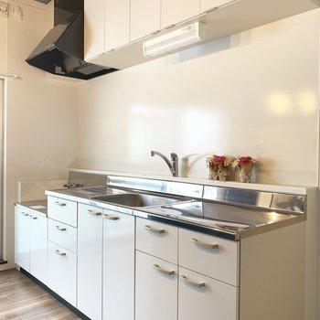 キッチンはホワイトで収納スペースもたくさん(※写真の小物は見本です)
