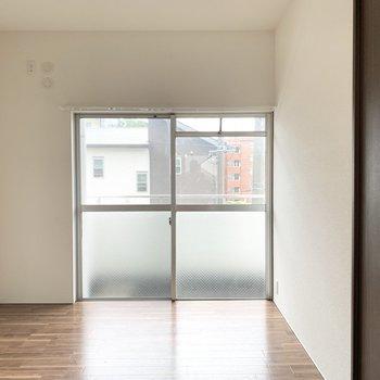 キッチンすぐ隣の洋室。6帖でベッドも余裕で置けますよ