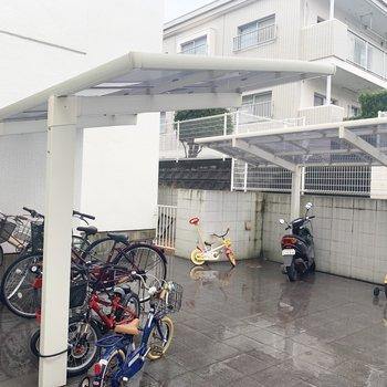 駐輪場はしっかり屋根付き