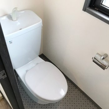 扉の中はトイレです。少し懐かしいブルー、ウォシュレットは持ち込みで取り付けられます。(※写真は清掃前のものです)