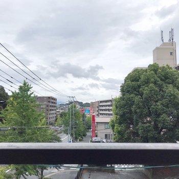 3階だけど高い建物がなく、気持ちいい景色。大通り沿いだけど、音もあまり気になりません。