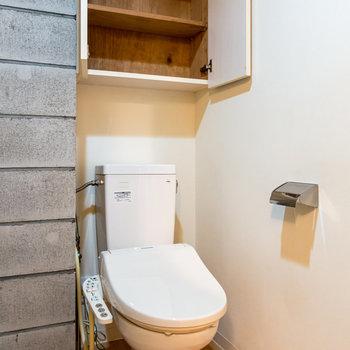 温水洗浄機付きのトイレ。上の棚が便利ですね。