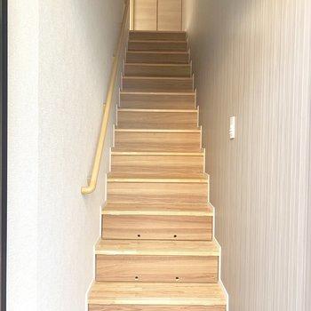 階段を下りて玄関へ