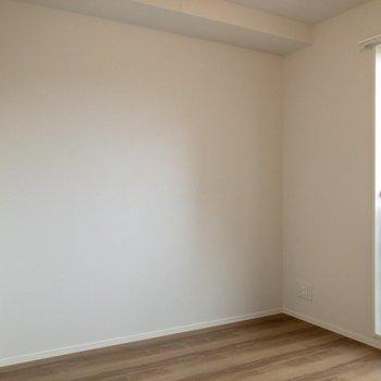 【洋室】ダブルベッドが置けそうな広さ。