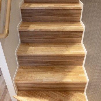 階段を登って洋室へ。