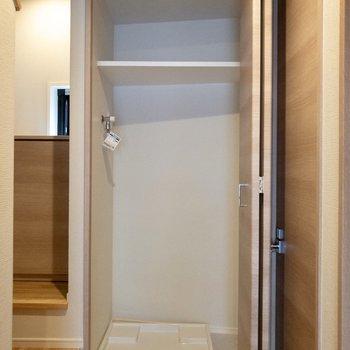 洗濯機置場が。ドアで隠せます。