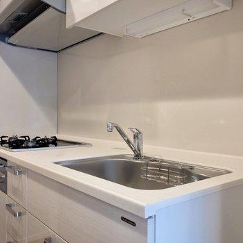 【LDK】3口コンロです。調理スペースも確保されています。