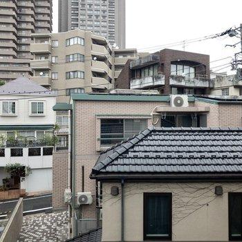 眺望は向かい側の建物。