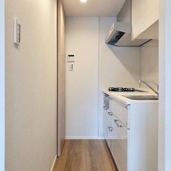 【LDK】お次はキッチン。右手前には冷蔵庫置場が。