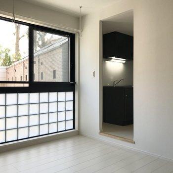 窓の右手にはキッチンとトイレ。
