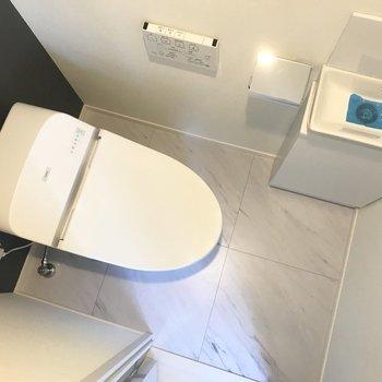 モダンな雰囲気のトイレ。