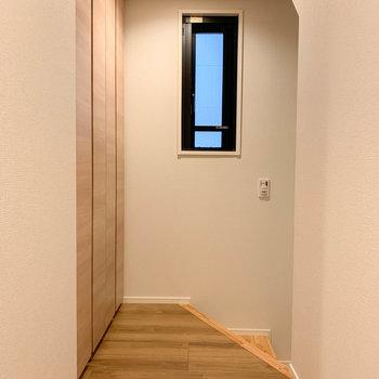 さて、また2階に降りまして。玄関の方へ向かってみます。※写真は前回募集時のものです