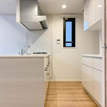 【LDK】キッチン周りも広く、綺麗。※写真は前回募集時のものです