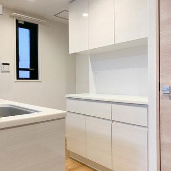 【LDK】キッチンの後ろには食器棚。コンセントもあり、電子レンジなども置けそうです。※写真は前回募集時のものです