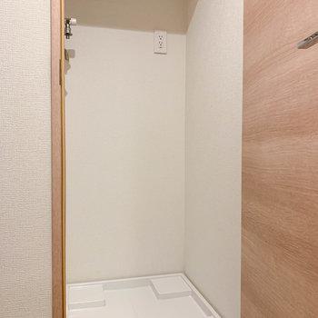 左の扉を開けると洗濯機置き場。※写真は前回募集時のものです