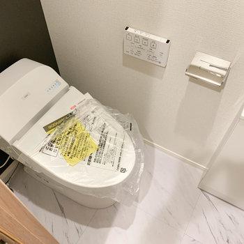 右の扉を開けるとトイレです。※写真は前回募集時のものです