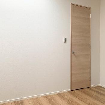 【洋室4.8帖】左を向くと扉。開けると…※写真は前回募集時のものです
