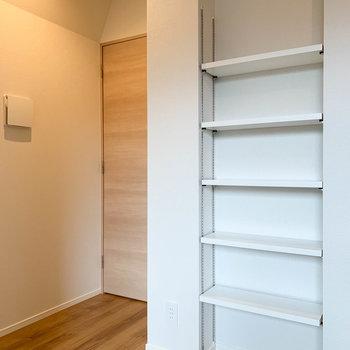 【洋室6.5帖】廊下への扉沿いには、棚も付いています。※写真は前回募集時のものです